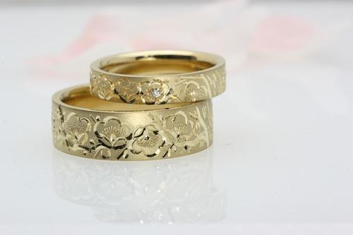 梅の手彫りの結婚指輪