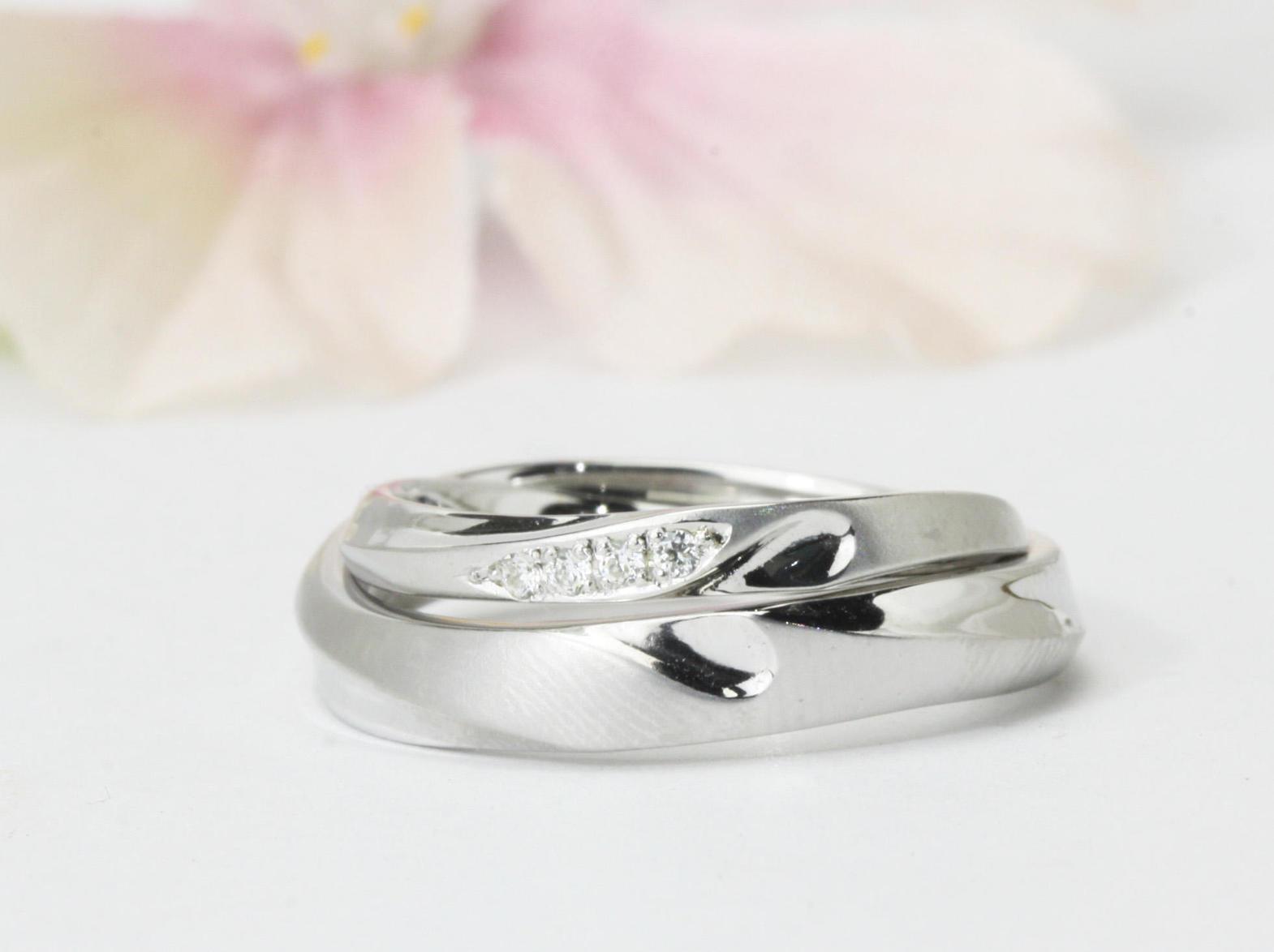 合わせるとハートモチーフが現れる結婚指輪