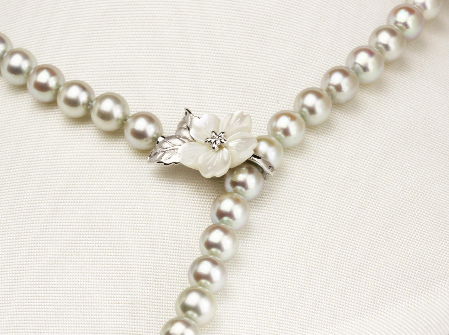 桜のマグピタ付きグレーの和珠ネックレス