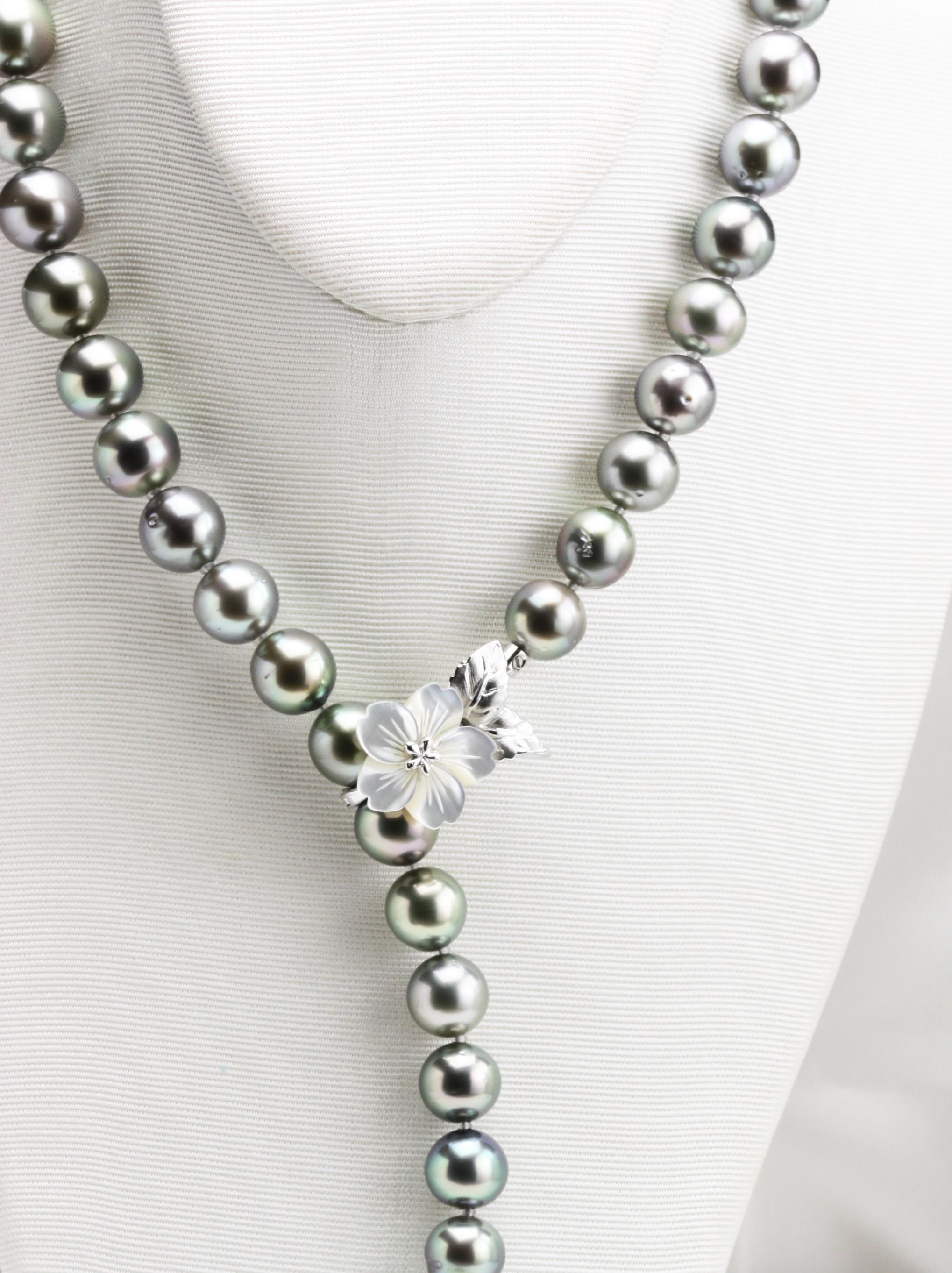 桜の白蝶貝ペンダントと黒蝶真珠ネックレス