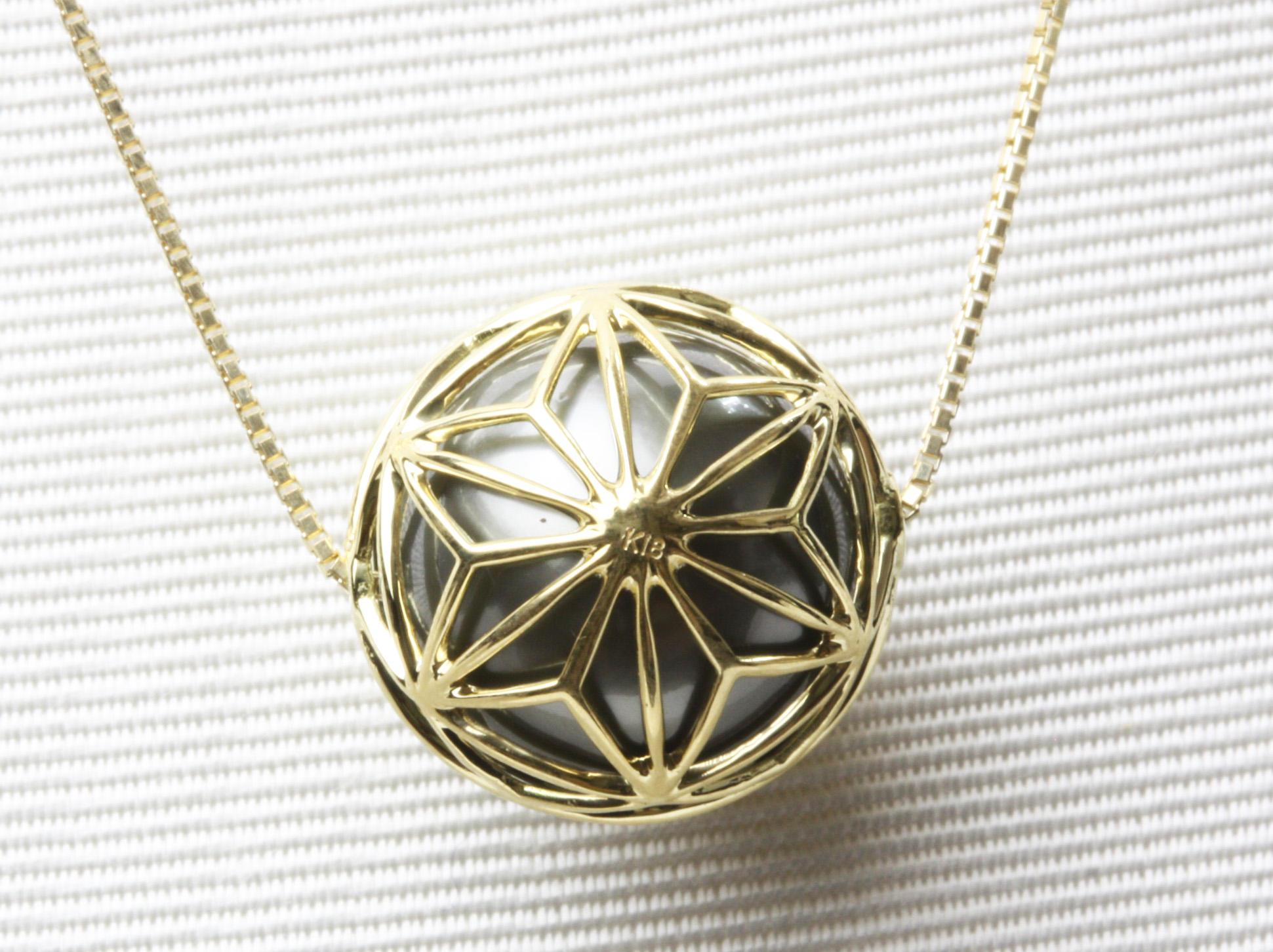 「麻の葉の透かし彫」の黒蝶真珠ペンダント
