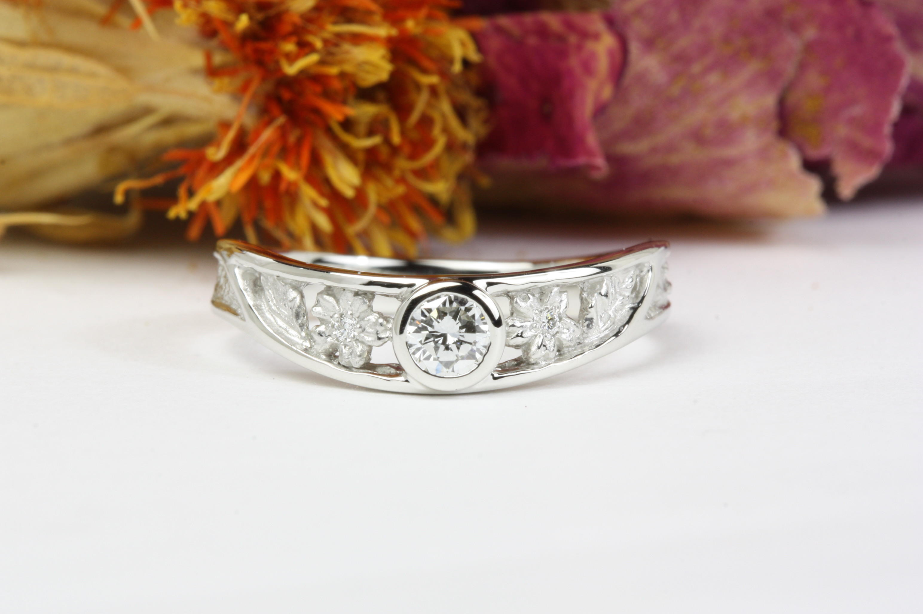 「桜の透かし彫」の婚約のダイヤモンドリング